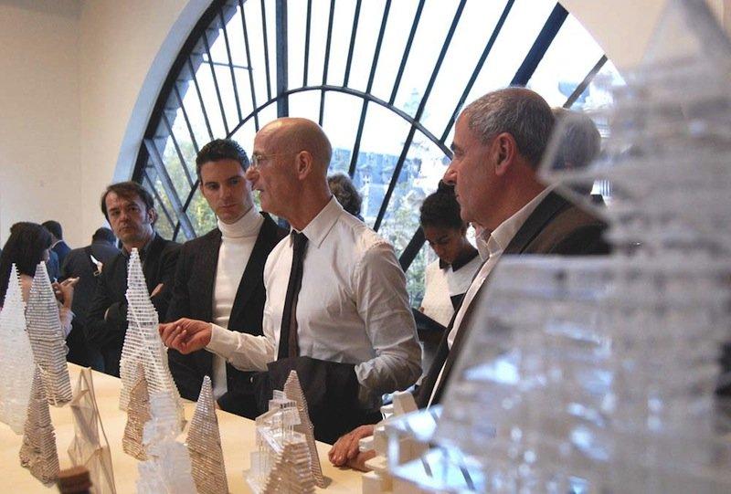 L'architecte Jacques Herzog (au centre) et Raymond GaÎtan, le directeur du projetTriangle (‡ gauche), ont prÈsentÈ l'exposition consacrÈe ‡ la tour ‡ Jean-Louis Mis